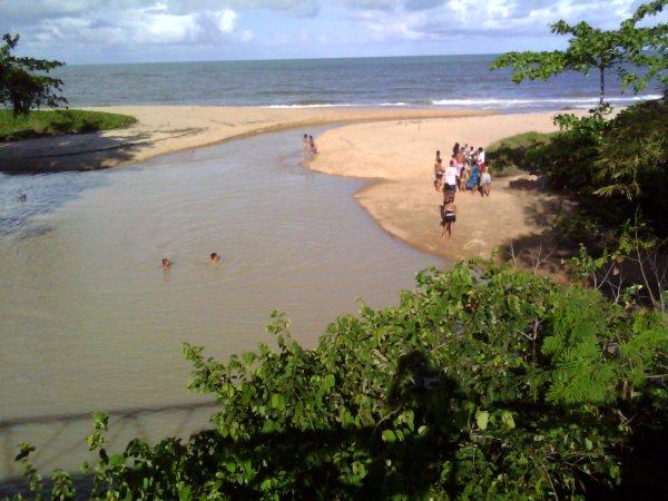 Rio da Vila com crianças e adultos em dia de menor poluição.